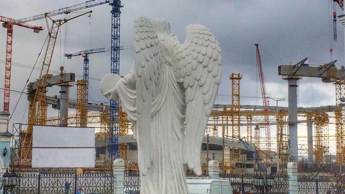 Ангел наблюдает за строительством центрального стадиона. Фото: 2016-2018 год. Екатеринбург Фотография, Екатеринбург, Центральный стадион