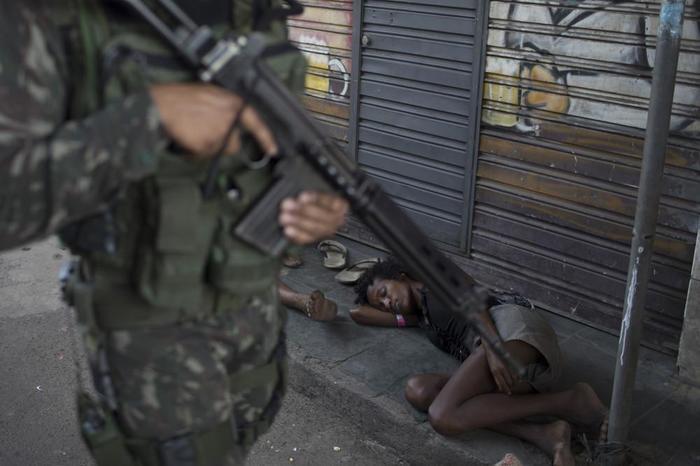 Бразильцы любят стрелять из пистолетов во время карнавала