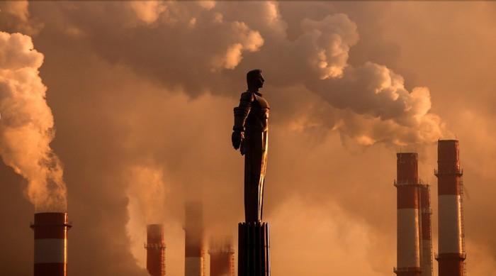 Памятник Юрию Гагарину на фоне пара, поднимающегося от ТЭЦ в Москве. Январь 2017 года / REUTERS/Maxim Shemetov