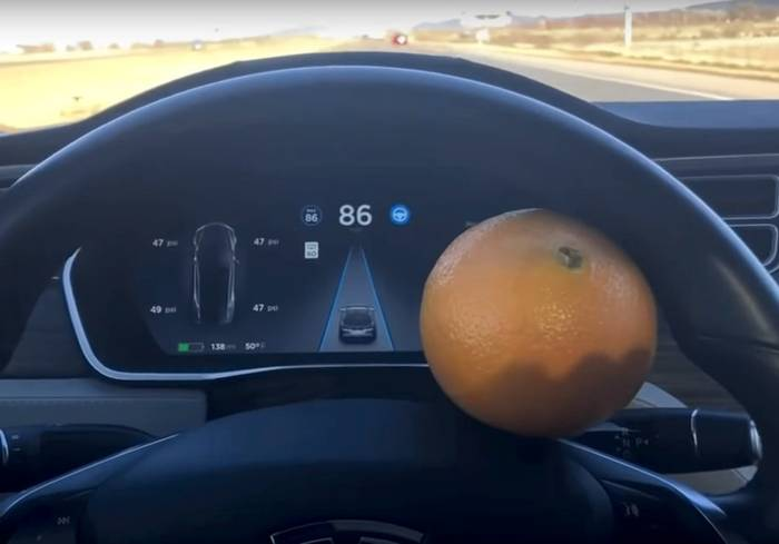 Мужчина обманул автопилот Tesla с помощью апельсина! Видео, Фотография, Апельсин, Скорость, Автопилот, Нарушение, Обман, Тесла