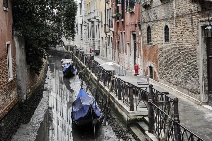 Катаклизм в Венеции: каналы остались без воды, все лодки увязли в грязном иле Венеция, Венецианский карнавал, Каналы без воды, Гондолы в иле, Катаклизм, Длиннопост