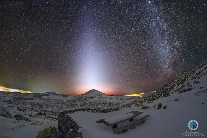 Млечный Путь и зодиакальный свет над вулканом Тейде и обсерваторией Тейде на острове Тенерифе Млечный путь, Тенерифе, Вулкан