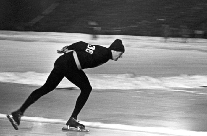 Конькобежец Виктор Косичкин в женских колготках и свитере, 1960 год, Скво–Велли, США колготки, конькобежный спорт, история, олимпиада 1960, олимпиада
