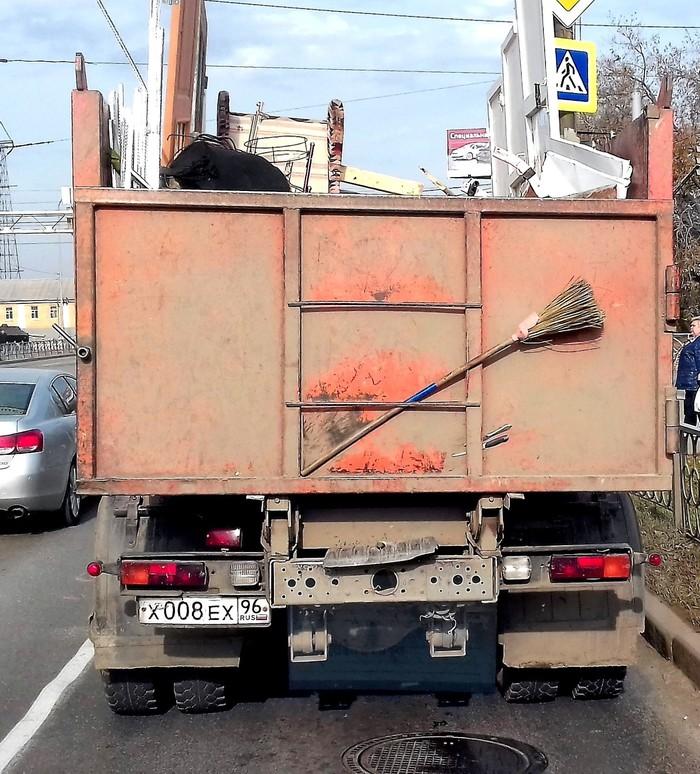 Зачем мусоровозу столовые приборы? Фотография, Зачем, Мусоровоз, Воскресенье, Длиннопост, Шутка, Вопрос )