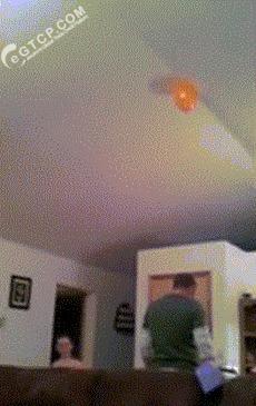 Лайфхак: Как достать шарик с потолка. Шарик, Лайфхак, Гифка, Дети