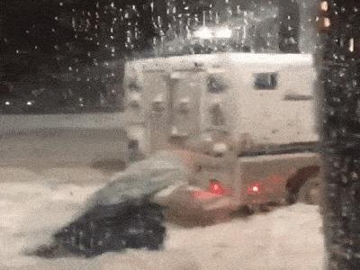 Эльза помогает застрявшему грузовику в снегу