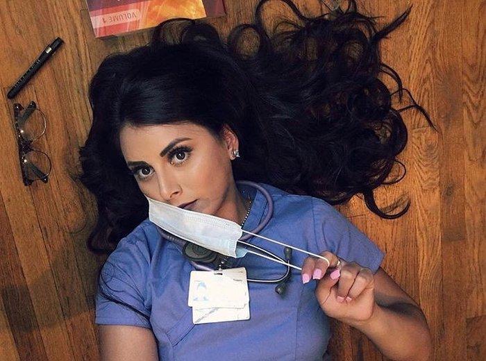 Черная медсестра с белым парнем