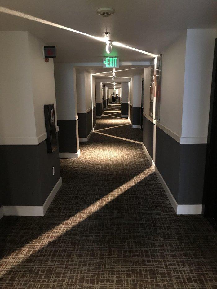 Освещение в коридоре отеля