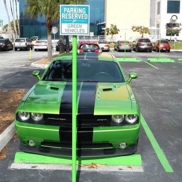 """Парковка только для """"зелёных"""" машин. Окей."""