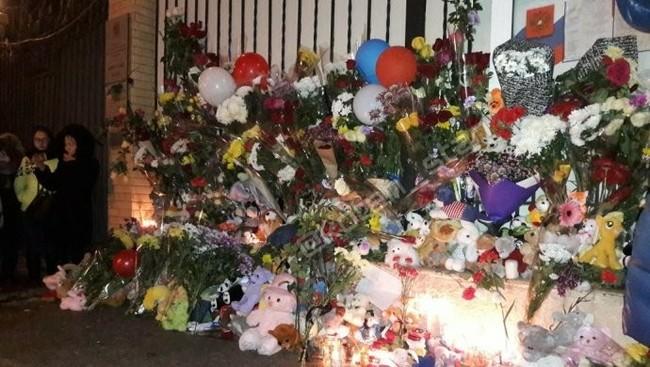 Казахстанцы несут цветы к российскому посольству Казахстан, Соболезнования, Сочувствие, Россия, Соседи, Без рейтинга, Кемерово, Трагедия в Кемерово