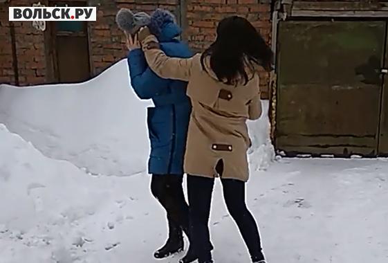 Группа девчонок попросили парней полизать им пизду, выебал в горло толстый член