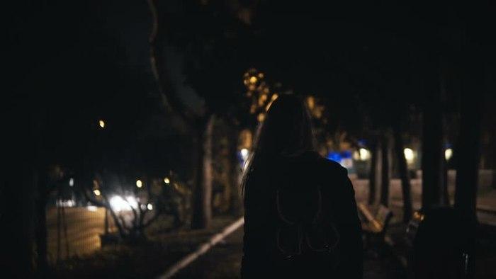 Видео стройная девушка любит давать в попу в разных позах ночью