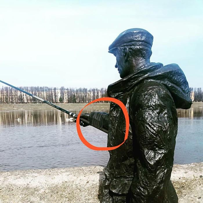 В Твери стоит памятник рыбаку, у которого постоянно воруют удочку Тверь, Вандализм, Удочка, Рыбак, Изолента, Фотография, Статуя