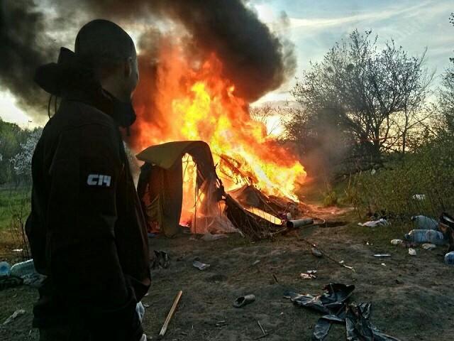 В Киеве сожгли лагерь ромов на Лысой горе. Ненавижу бл*дь цыган, Цыгане, Огонь, С14, Активисты, Сожгли, Не политика