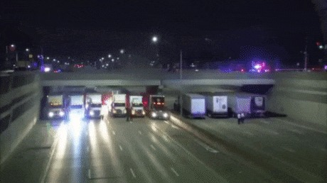 Водители грузовиков в Мичигане спасли самоубийцу, пытавшегося спрыгнуть с моста Суицид, Мичиган, Грузовик, Мост, Гифка