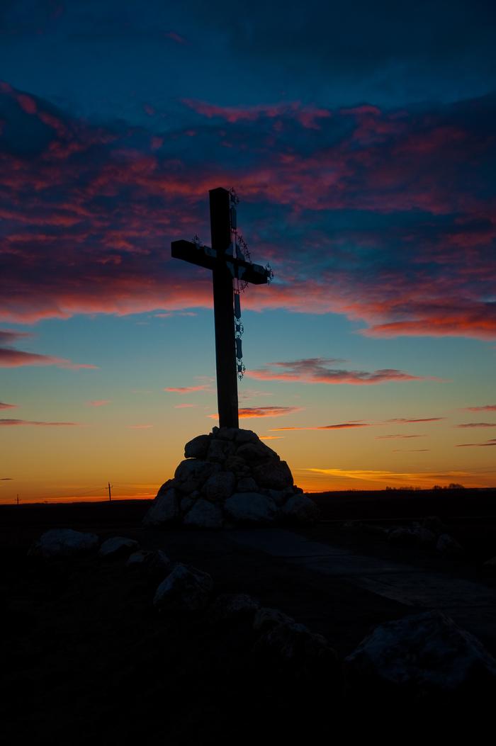 Дорожный крест на закате