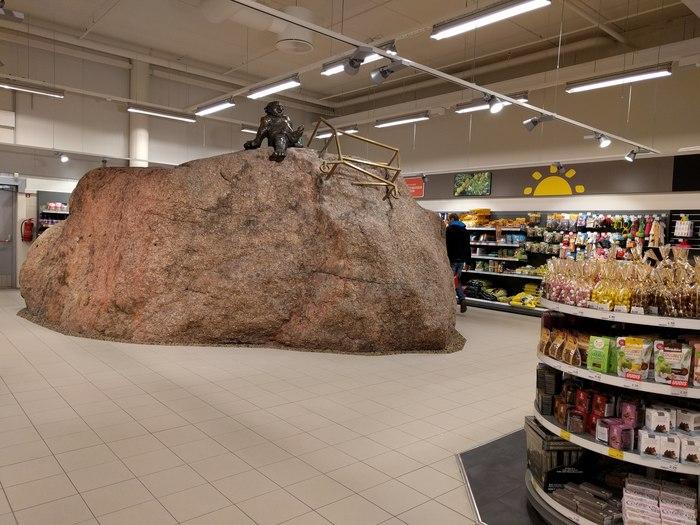 Похоже этот камень был проблемой при строительстве магазина.