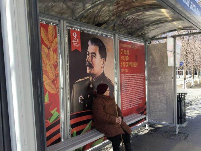 В Тюмени нашлись недовольные автобусной остановкой с портретом Сталина Сталин, Тюмень, 9 мая, Новости, Автобусная остановка, Баннер, Либералы