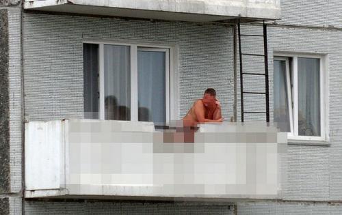 Жители Сызрани раздражены выходками голого мужчины на балконе жилого дома... Сызрань, Самарская область, Новости, Голый мужик, Балкон