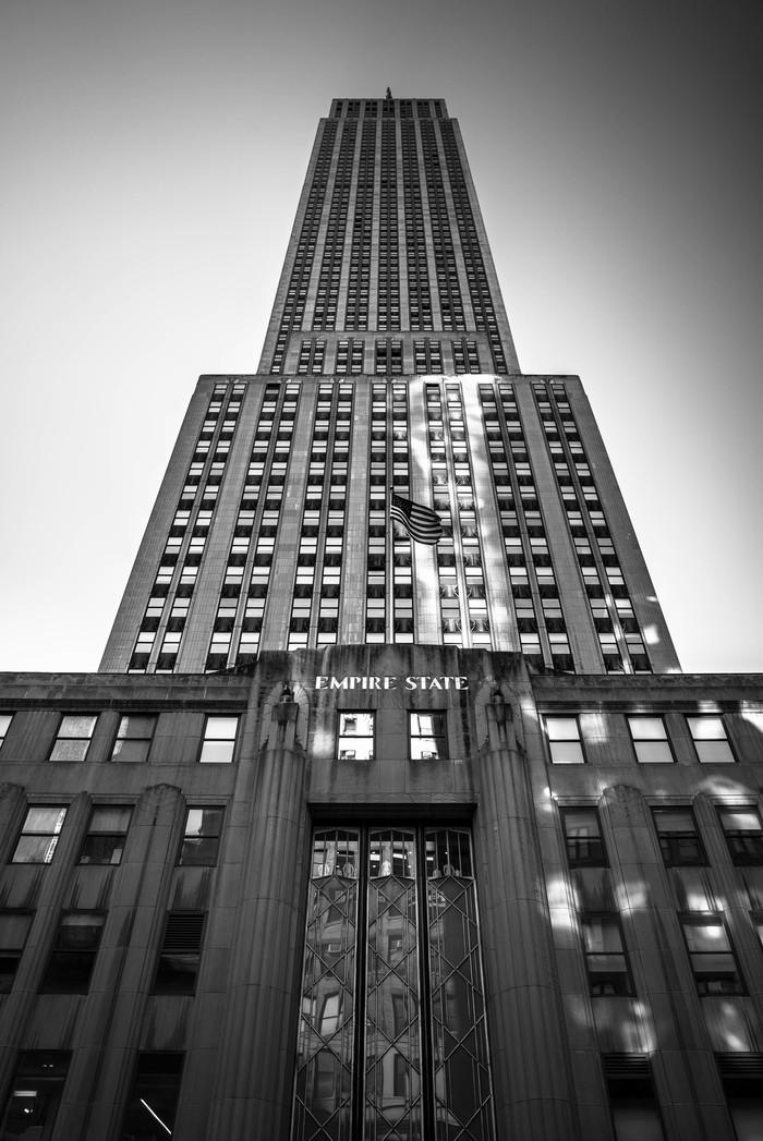 У подножья великана выстой 381 м Нью-Йорк, Эмпайр-Стейт-Билдинг, небоскреб, минимализм, черно-белое фото
