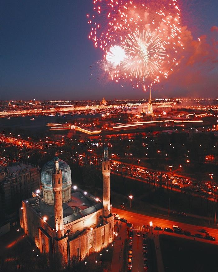 Праздничный фейверк над Петропавловской крепостью в Санкт-Петербурге