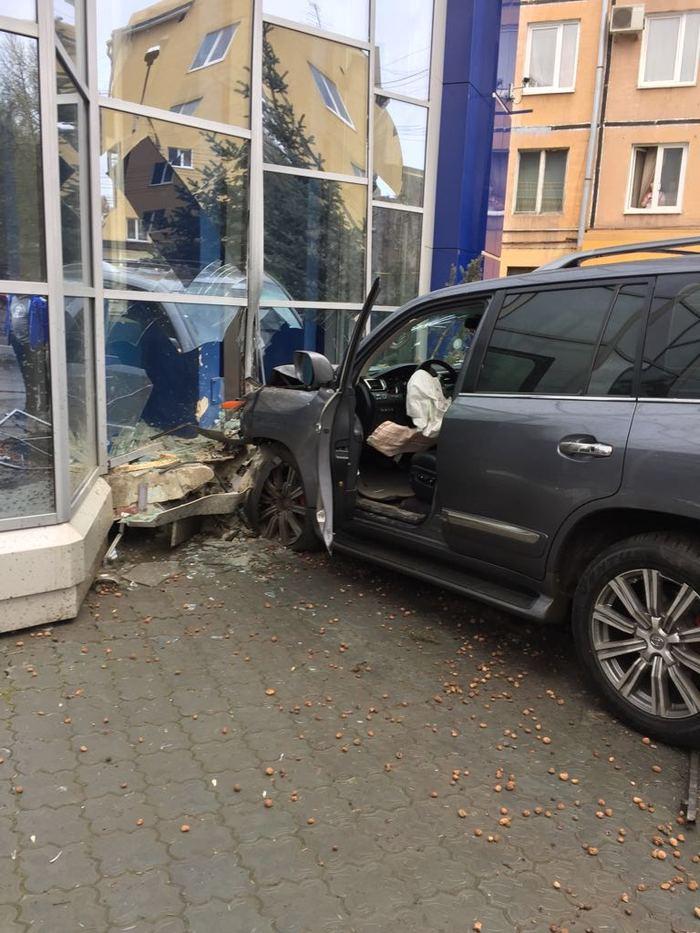 """В Кемерово """"Лексус"""" снес ёлку и протаранил здание Кузбасской Топливной Компании Кемерово, Lexus, Ёлка, Ктк, ДТП, Видео, Длиннопост"""