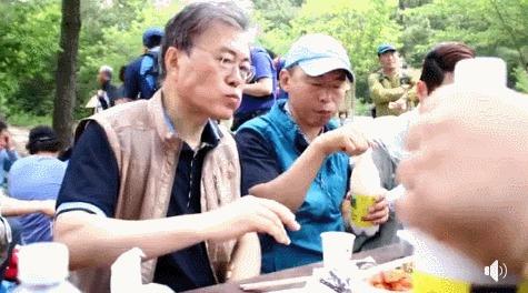 Ой товарищ, вы забыли перемешать! южная корея, алкоголь, президент, мистер Мун, макколи, гифка