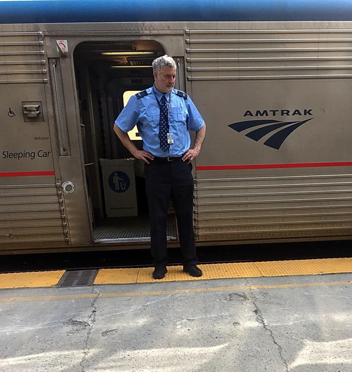 Вокзальная сучка трахнулась с мужиком в туалете поезда