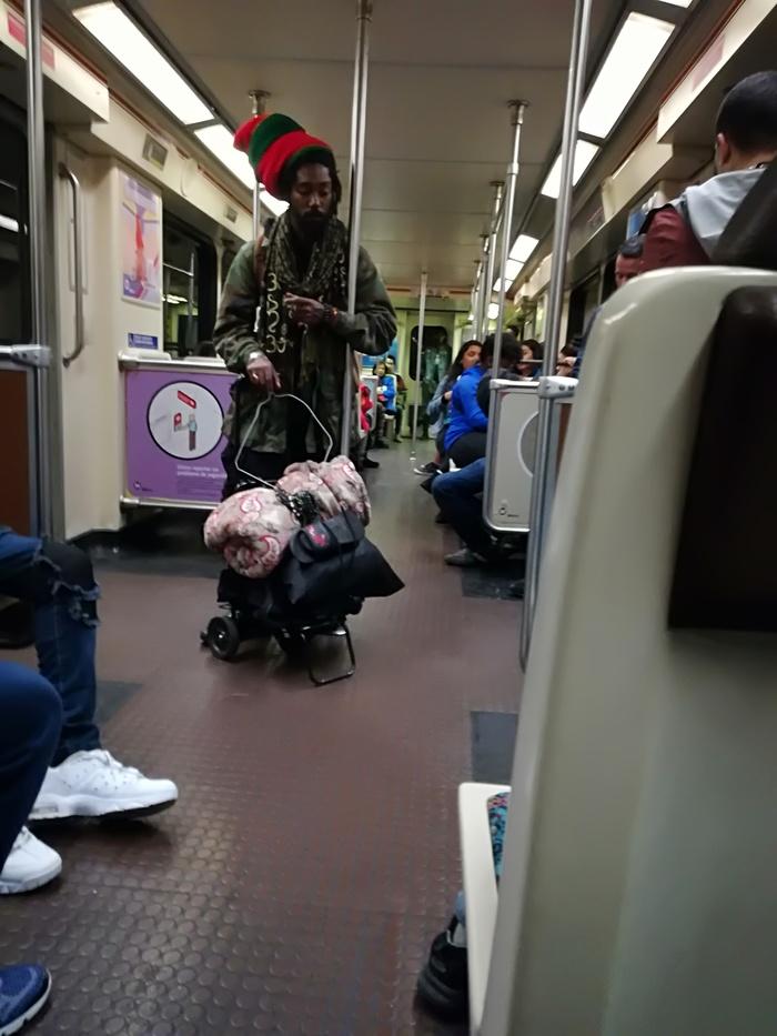 Типичный персонаж в метро Лос Анджелеса Лос-Анджелес, Америка, Травка