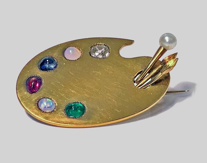 Поздневикторианская брошь рубежа XIX–XX веков в виде палитры. Золото, бриллиант, рубин, сапфир, опалы, изумруд, жемчуг.