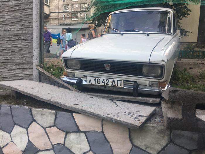 Москвич снес бетонный забор Москвич, Авто, Российский автопром, Длиннопост