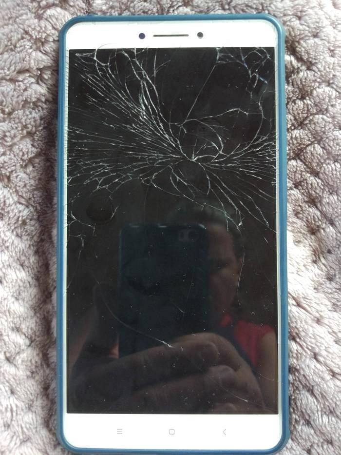 разбитый экран телефона фото