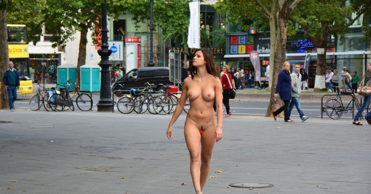 показуха голая санди на улице