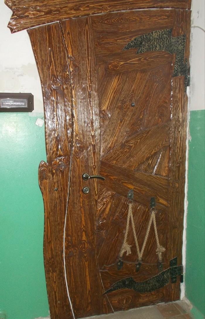 Вот такую дверь я увидел в одном из жилых подъездов!