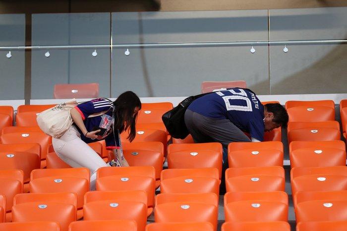Образцовые болельщики: японские фаны, по традиции, убрали за собой мусор на стадионе мусор, чемпионат мира по футболу, болельщики, япония