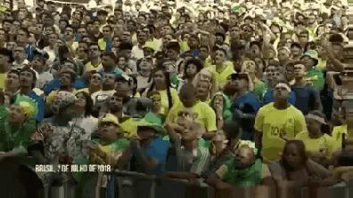Этот парень был единственным, кто слушал радиопередачу, в то время как остальные смотрели матч на экране.