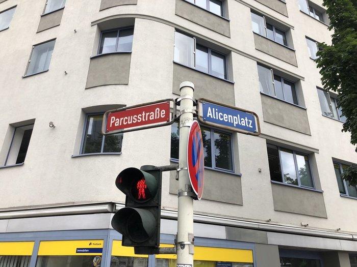 В старых немецких городах еще осталась «пожарная» маркировка уличных табличек цветом. Красные улицы ведут к реке.