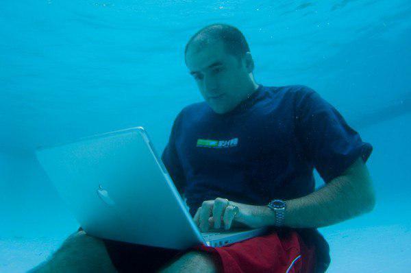 Лайфхак для разработчиков: если кодить на JavaScript под водой, то никто не поймёт, что вы плачете