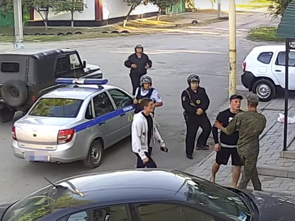 """силовики"" наблюдают, как два ОТМОРОЖЕННЫХ бандита..."