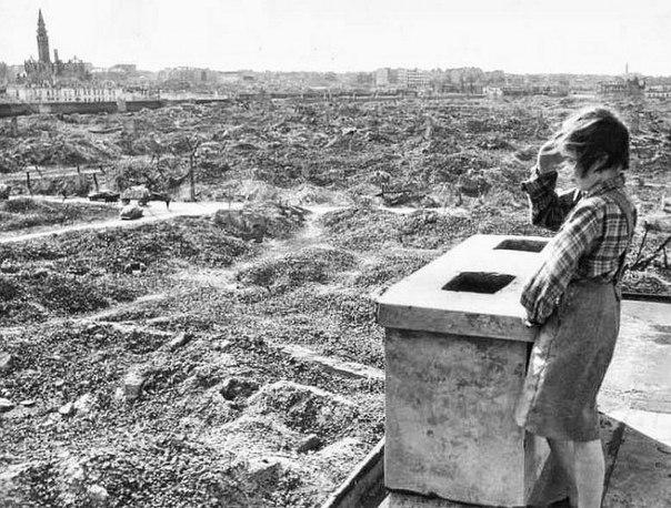 Девочка смотрит на руины. Варшава, 1946 год.
