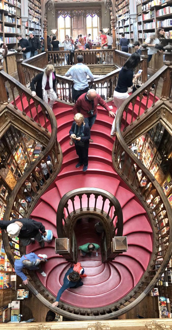 Лестница в книжном магазине Livraria Lello в Порту