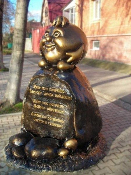 Памятник сказочному хлебобулочному путешественнику Колобку в городе Ульяновске.