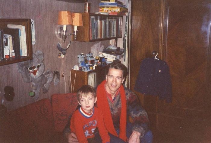 Арнольд Шварценеггер дома у фотожурналиста Сергея Лойко с его сыном Степаном, 1988 год.