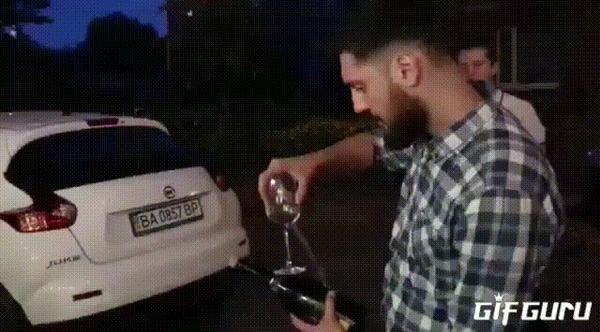 Сабля? Пффф... Подержи моё вино...