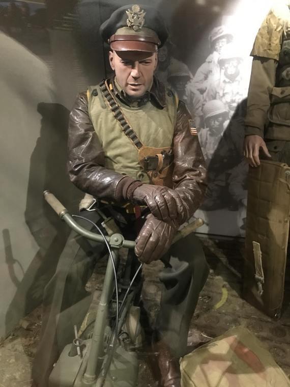 В музее Второй Мировой войны в Нормандии есть манекен похожий на Брюса Уиллиса Брюс Уиллис, Манекен в музее, Сходство