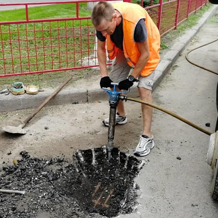 Дорожный работник в кроссовках New Balance, после потопа, ищет ливневку в Волгограде. И надо же, это чудо оказывается существует. Нашёл!!! Волгоград, Дождь, Потоп, Дорога, Ливневка