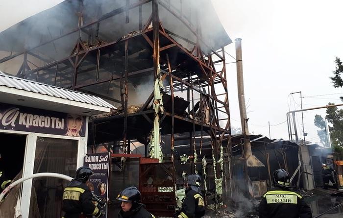 Число жертв пожара в самострое в Сочи увеличилось до 10 Самострой, Бардак, Сочи, Пожар, Трагедия