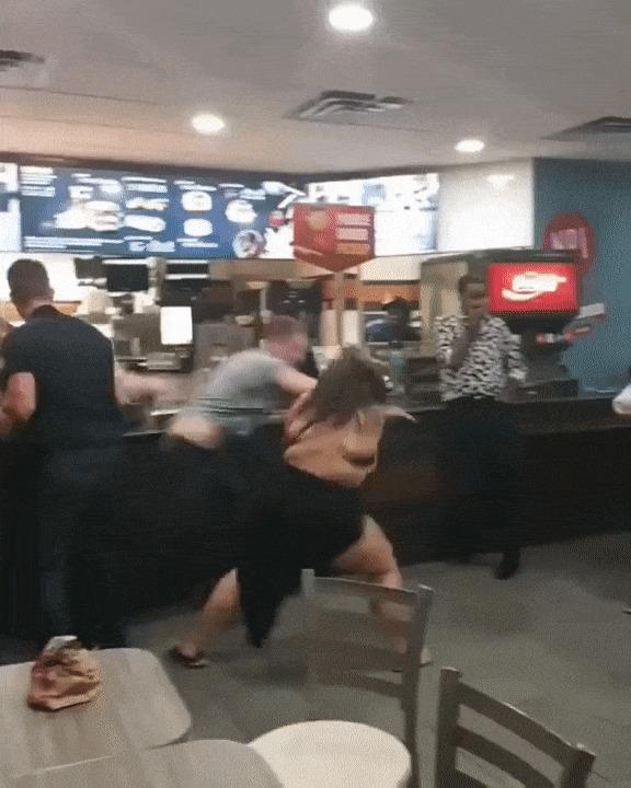 Девушка избила мужчину после замечания о ее фигуре Макдоналдс, Дамы, Гифка, Видео