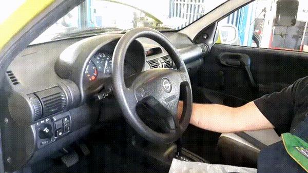 """Парни, посмотрите, почему машину заносит в сторону?"""