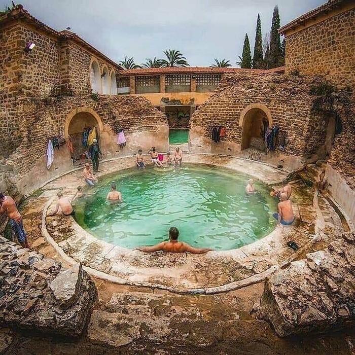Древнеримская купальня, до сих пор действующая. Хеншела, Алжир.